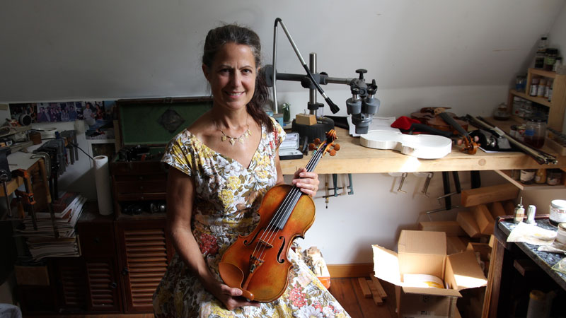 Sharon Que in her Ann Arbor workshop with Maud Powell's violin
